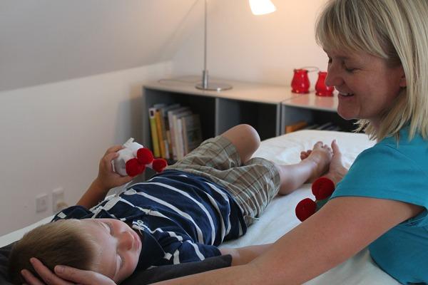 Børn får biodynamisk kranio-sakralterapi
