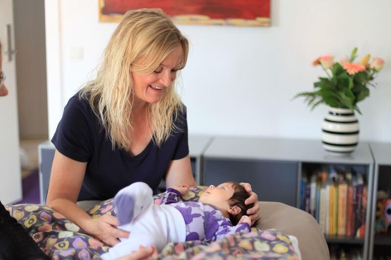 Behandling for skævt baghoved hos baby