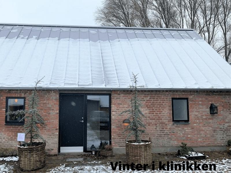 IIndgang til klinikken på en vinterdag